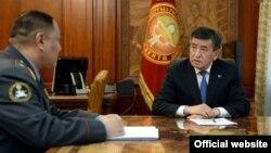 Президент Сооронбай Жээнбеков и министр внутренних дел Улан Исраилов. 3 апреля 2018 года.