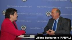 Лилиана Барбэрошие и посол США в Молдове Джеймс Петтит