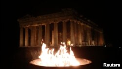 Олимпийский огонь перед афинским Акрополем, 4 октября