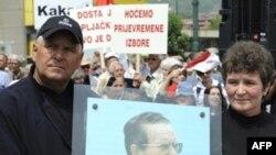 """Na protestu """"Stop povećanju plata i penzija političarima"""" građani su nosili i slike Josipa Broza Tita."""