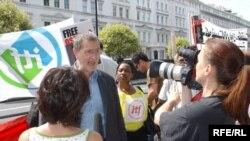 ديويد کاکرافت، دبير کل فدراسيون جهانی کارگران حمل و نقل، در راهپیمایی لندن برای آزادی اسانلو