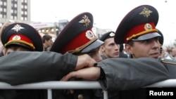 """Moskvada polis əməkdaşları müxalifətin keçirdiyi """"Milyonların Marşı"""" aksiyasını izləyirlər, 15 sentyabr 2012"""