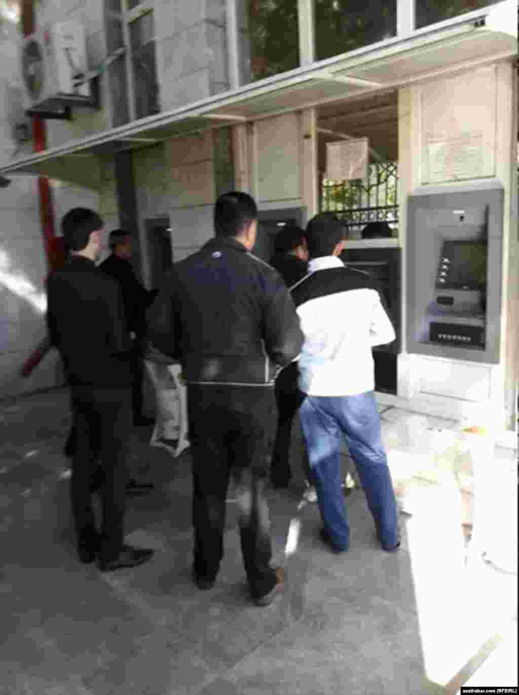 Перед банкоматом, Ашхабад