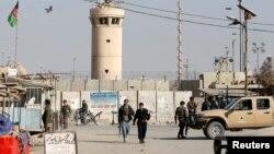 Афганистан: у входа на базу Баграм.