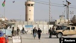 آرشیف، دروازه دخولی میدان هوایی بگرام. ۱۲ نومبر ۲۰۱۶ / REUTERS/Omar Sobhani