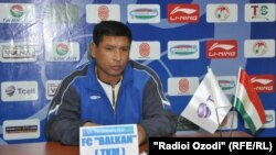 "Türkmenistanyň ""Balkan"" futbol toparynyň baş treneri Amanmyrat Meredow metbugat konferensiýasynda, 9-njy maý."