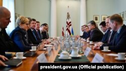 Президент Украины Петр Порошенко провел встречу с премьер-министром Латвийской Республики Марисом Кучинскисом, 4 апреля 2017 года