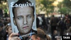 Активіст тримає портрет Навального під час опозиційної акції на Чистопрудному бульварі, Москва, 10 травня 2012 року