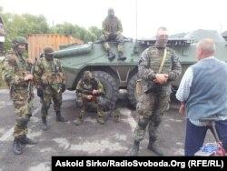 Українські силовики, що проводять спецоперацію, на виїзді з Мукачевого, 13 липня 2015 року