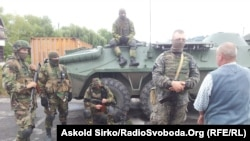 Сотрудники СБУ на въезде в Мукачево, где проходила операция по задержанию подозреваемых в причастности к перестрелке в Мукачеве Закарпатской области. 13 июля 2015 года.
