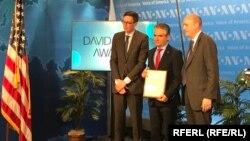 قادر حبیب رئیس بخش افغانستان رادیو اروپای آزادی/رادیو آزادی در هنگام دریافت جایزه