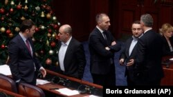 Deputați de la Skopje discutând în Parlament. 9 ianuarie 2019