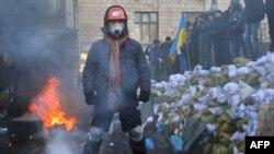 Евромайдандын активисти баррикада жанында. 24-январь, 2014 -жыл.