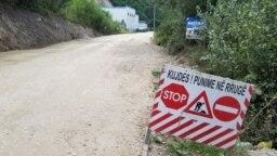 Oznaka radova na putu u blizini manastira Visoki Dečani
