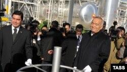 Президент Туркменистана Гурбангулы Бердымухамедов (слева) и президент Узбекистана Ислам Каримов (справа). Иллюстративное фото.