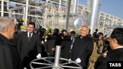 The presidents of (from left) Kazakhstan, Turkmenistan, Uzbekistan, and China attend an opening ceremony at a gas production facility in Turkmenistan. The OECD says supplying growing economies in Russia, China, and India is both blessing and curse.