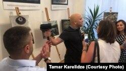 Грэм Филлипс провоцирует посетителей выставки в грузинском посольстве в Лондоне