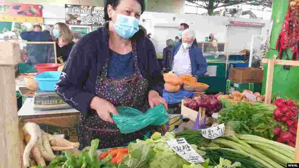 Daniela Nisiparu și familia ei vând în Piața Matache de peste 10 ani. Vin de la 70 de kilometri distanță de București, din Băleni, Dâmbovița, să-și vândă legumele crescute în solar..