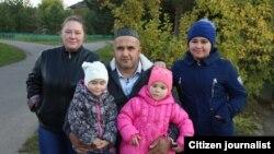 Мирзахаким Тулибаев из Таджикистана со второй женой Мариной Гординой и тремя дочерьми.