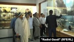 Группа таджикских священнослужителей в Национальном музее в Душанбе. 12 июля 2018 года.
