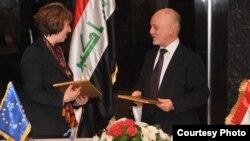 الشهرستاني وأشتون بعد توقيع الإتفاقية