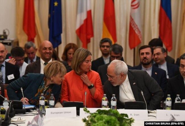از راست: محمدجواد ظریف، فدریکا موگرینی و هلگا اشمیت؛ موگرینی و معاونش نقشی محوری در پیشبرد و اجرای برجام داشتند.