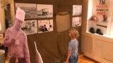 Тарихи-өлкетану музейінде 1959 жылғы жұмысшылар көтерілісі туралы суреттерді қарап тұрған бала. Теміртау, Қарағанды облысы, 8 тамыз 2019 жыл.