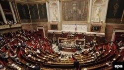این رای پارلمان فرانسه تنها جنبه نمادین دارد و نمیتواند دولت فرانسه را ملزم به تایید کشور مستقل فلسطین بکند