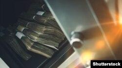 Сейф с деньгами, архивное фото
