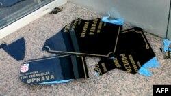 Илюстрационное фото. Табличка с надписью сербской кириллицей, сорванная и разбитая протестующими хорватами в хорватском городе Вуковар, разрушенном сербскими мятежникам в начале войны в Югославии в 90-х годах, сентябрь 2013 года