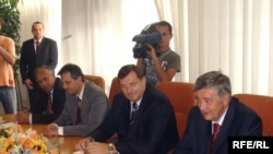 Republika Srpska Prime Minister Milorad Dodik (center) in Mostar with Bosnian Presidency member Nebojsa Radmanovic (right) on October 1.