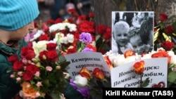 Квіти біля місця трагедії в Кемерові, Росія, 26 березня 2018 року
