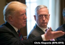 James Mattis korábbi amerikai védelmi miniszter (jobb) Donald Trump amerikai elnök beszédét hallgatja egy, a Fehér Házban rendezett fogadáson, 2018. április 3-án.