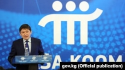 Сапар Исаков на презентации программы «Таза коом». 30 мая 2017 года.