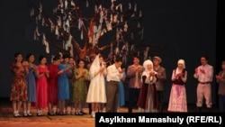 «Ақтастағы Ахико» спектаклінен көрініс. Алматы, 22 қазан 2016 жыл.