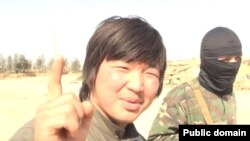 Фрагмент скриншота размещенного в Интернете видео о казахстанцах, отправившихся на «джихад» в Сирию.