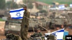 سربازان اسرائیلی پرچم به دست به مرزهای اسرائیل به نوار غزه بازمی گردند. (عکس: Afp)