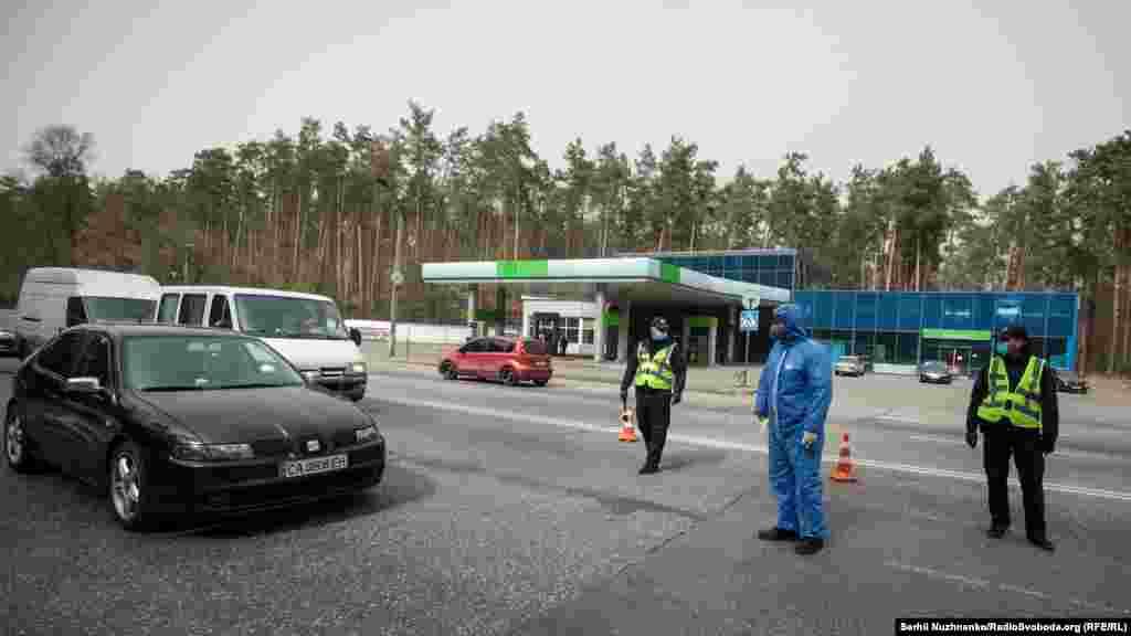 Із 16 квітняу Києві ввели спеціальний режим в'їзду в столицю. На основних автошляхах, що ведуть у Київ, на контрольно-пропускних пунктах, міряють температуру тіла водіїв і пасажирів. Таке рішення ухвалили в КМДА