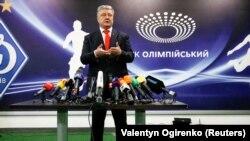 Петр Порошенко во время общения с представителями СМИ на стадионе «Олимпийский». Киев, 10 апреля 2019 года