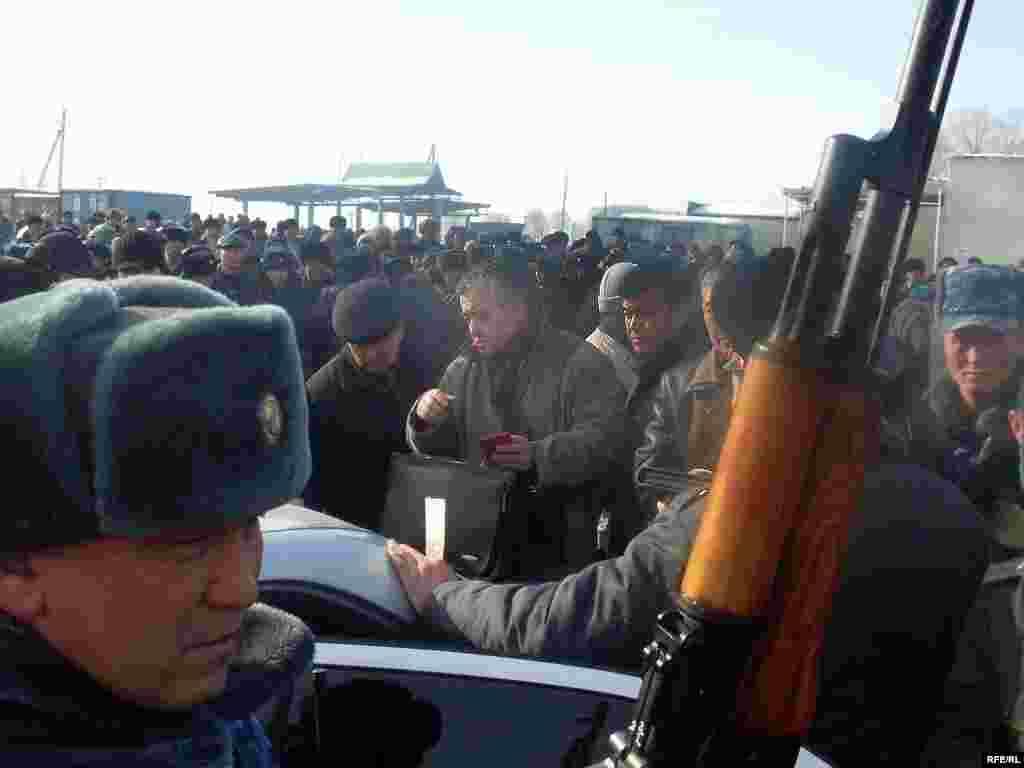 """Оппозиция бул окуя менен элдин жарандык укуктары бузулганын айтууда - Kyrgyzstan - leader of opposition party """"Ata Meken"""" Omurbek Tekebaev during the meeting with local population of Talas region. 16Jan2009"""