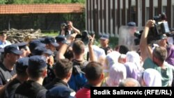 Bosnje e Hercegovinë - Policia boshnjake serbe duke penguar nënat e Srebrenicës që të hyjnë brenda depos ku janë vrarë burrat dhe djemtë e tyre 18 vjet më parë, në fshatin Kravica, 13Korrik2013