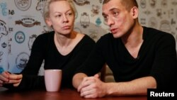Pyotr Pavlenski və həyat yoldaşı Oksana Şalıgina