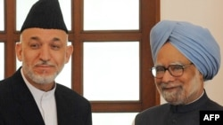 Afghan President Hamid Karzai (left) and Indian Prime Minister Manmohan Singh in New Delhi on April 26