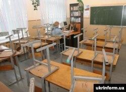Учительница в пустом классе во время карантина из-за гриппа. Винница, 11 февраля 2008 года