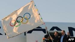 Prefekti Eduardo Paes e valvit Flamurin Olimpik, posa ai arriti në Rio de Zhanejro