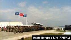Gjatë ceremonisë së ndërrimit të komandave...
