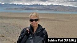 Pe malul Lacului Karakul în Tadjikistan, vedere spre masivul Pamir