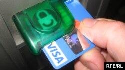 Користуючись банкоматом, гроші можна отримати, а можна і втратити