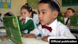 Школьники с ноутбуком - подарком президента, Ашхабад