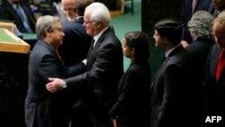 Новый Генеральный секретарь ООН Антонио Гуттериш принимает приветствие от постоянного представителя РФ при ООН Виталия Чуркина после церемонии принятия присяги Генсека в Нью-Йорке в здании на Ист-ривер